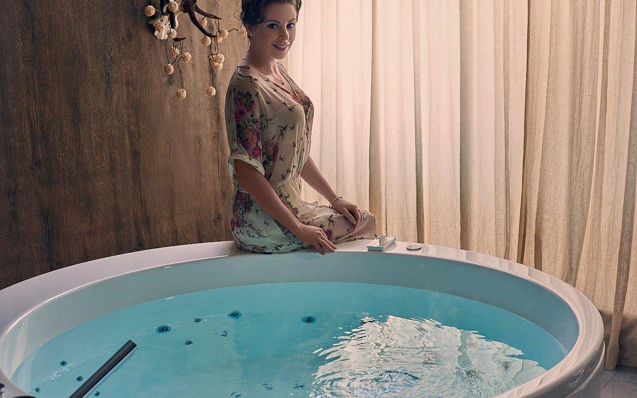 Aquatica pamela wht spa jetted bathtub web 11
