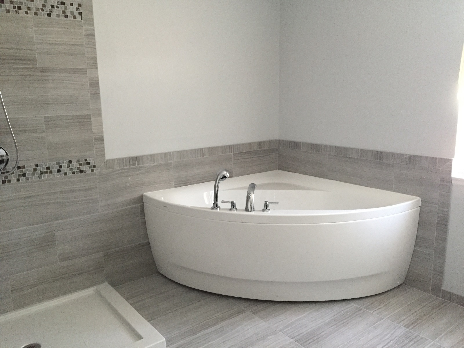 Aquatica olivia wht small corner acrylic bathtub - Corner tub bathrooms design ...