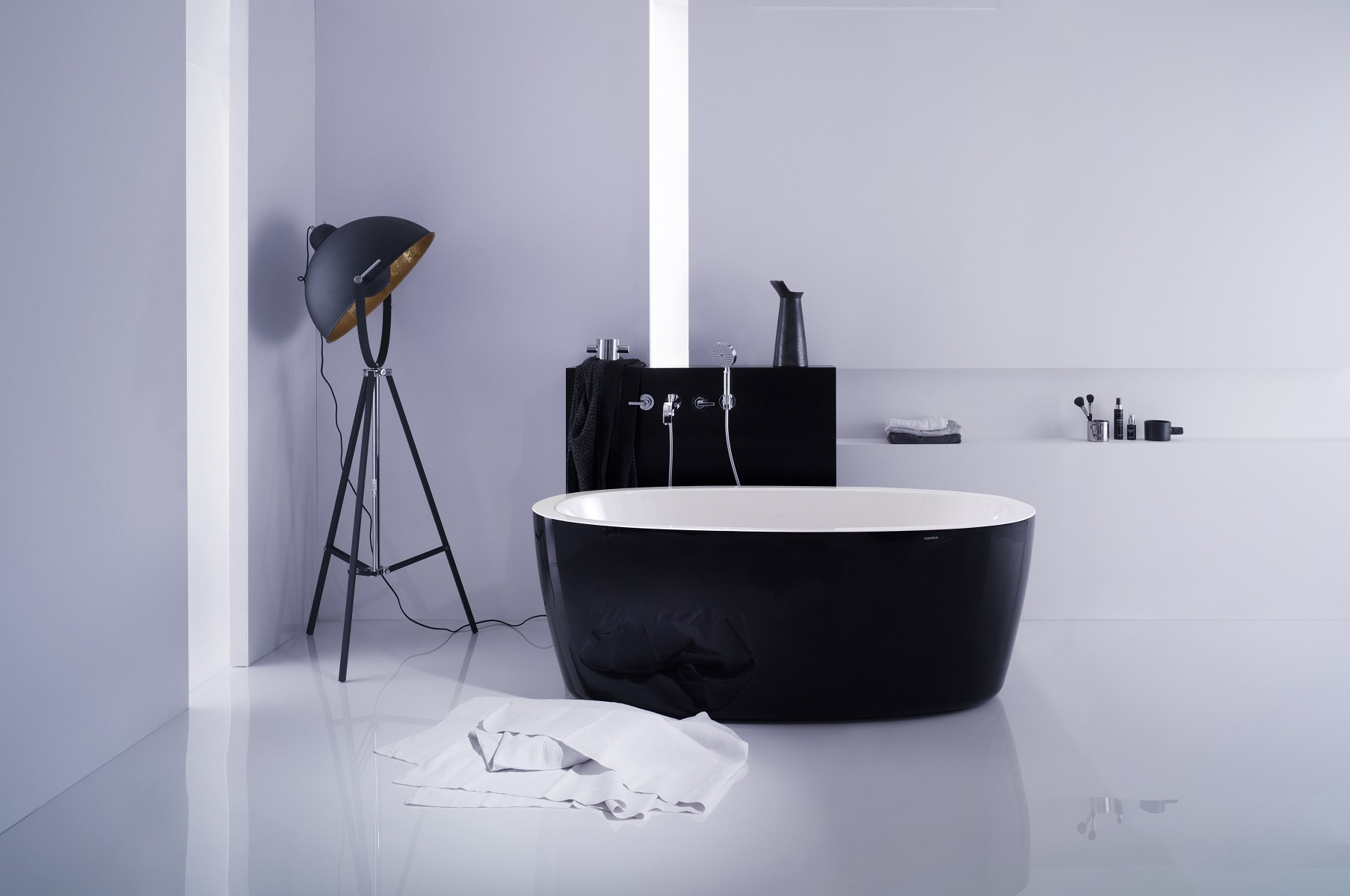 black_and_white_tubs